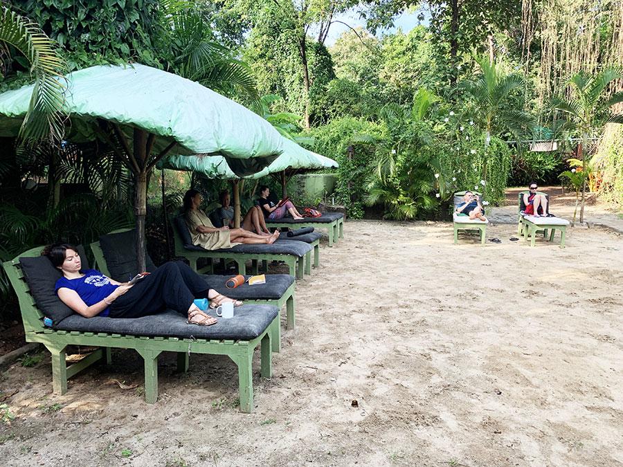 Délutáni pihenő a fake beach-en, feltöltődés vízszintben frissen facsart gyümölcsleveleket vagy jeges lassi-t szürcsölve
