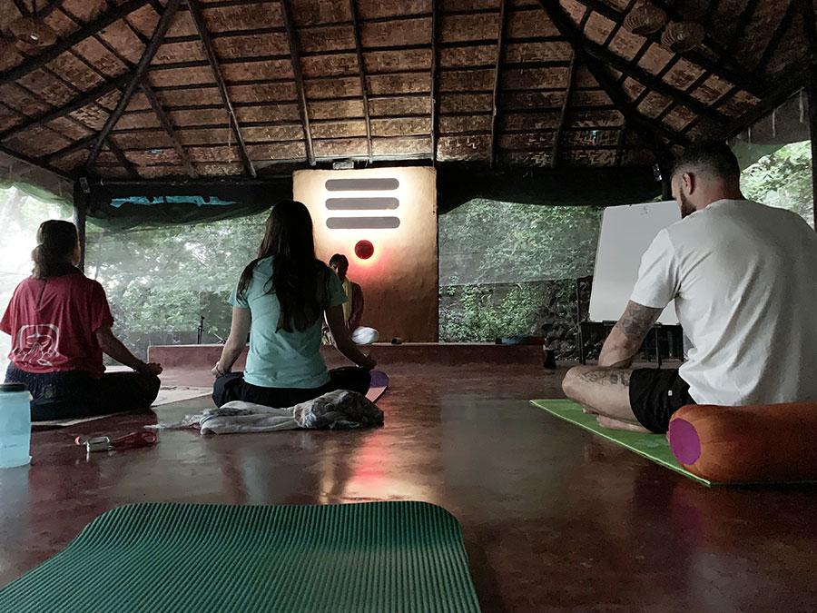 A gazdag napirend hajnal hatkor napkelte előtt kezdődött meditációval