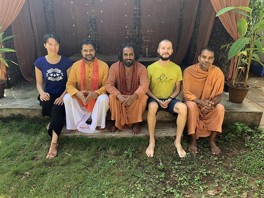 Közös búcsúkép a jóga iskola alapítóival: Shivendra, Gyanmitra és Bodhitattwa