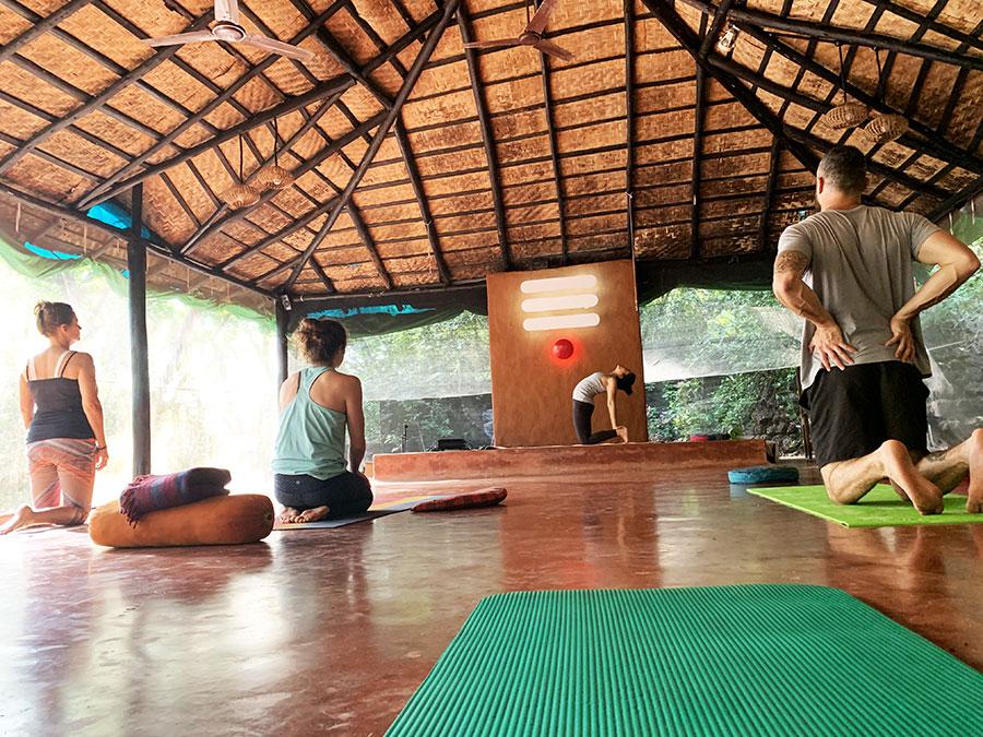 Ajánlott könnyű utazó travel jóga matraccal érkezni vagy lehet kölcsönözni is helyben