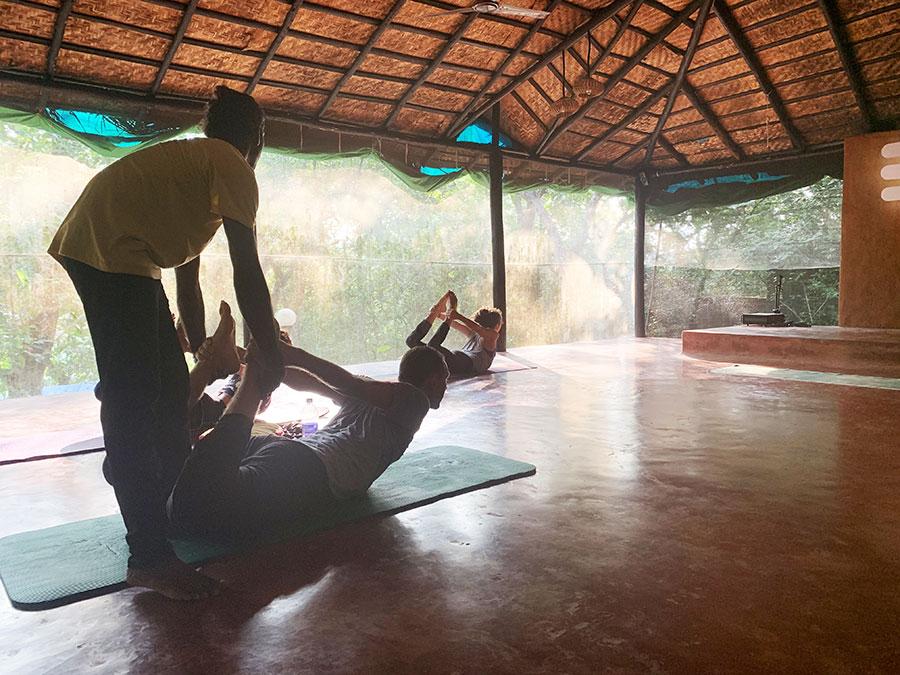 A jóga oktatók szükség esetén finom kiigazításokkal segítették az elmélyülést az adott ászanában.