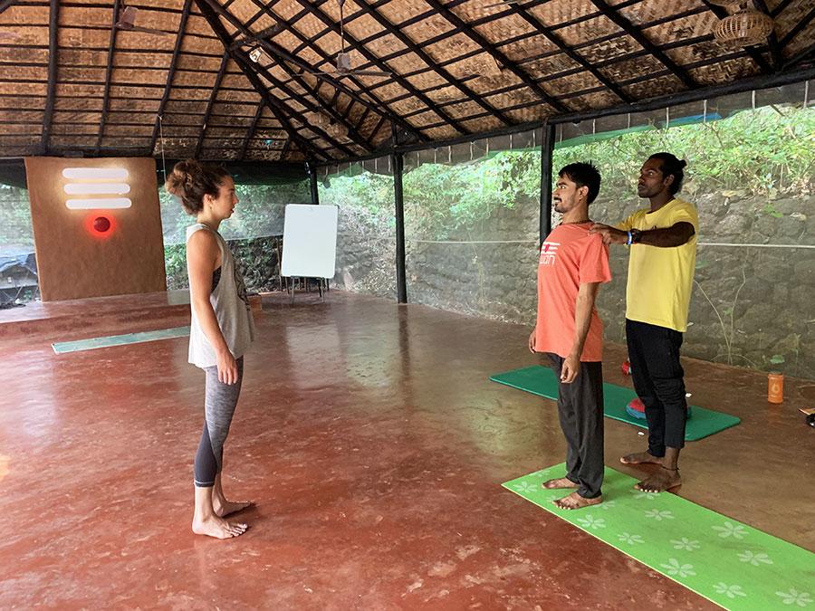 A jóga oktatók folyamatosan adtak egymásnak is visszajelzést, az egyik ászana óra végén a helyes testtartásról konzultáltak