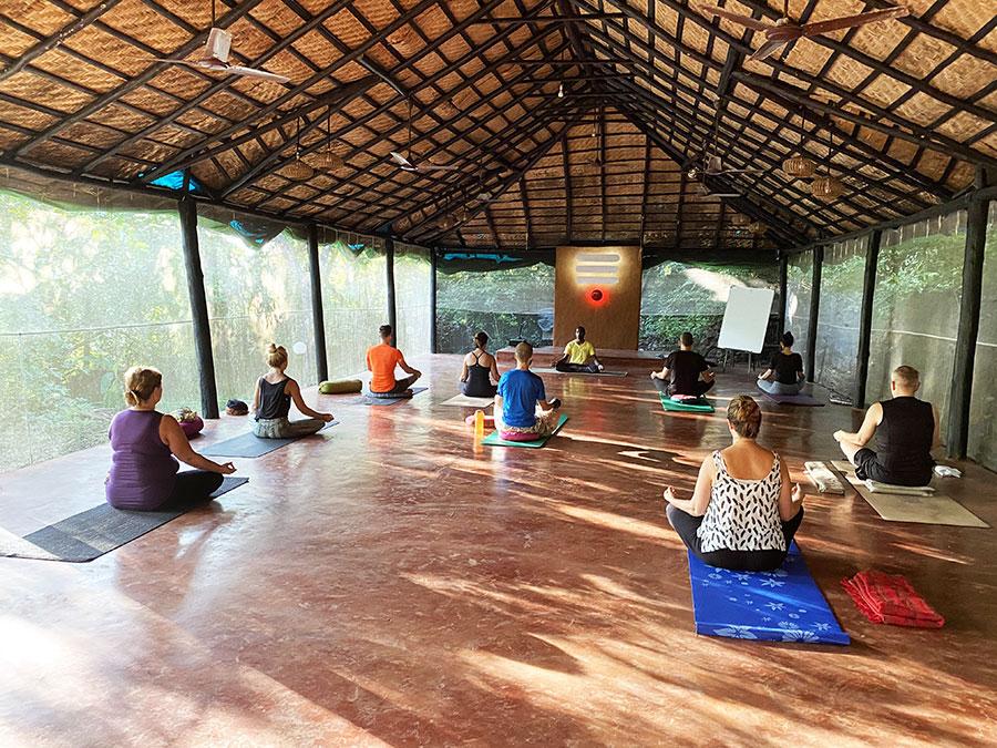 Az oktatók mind indiaiak voltak, az Indiában legszigorúbb Bihar School of Yoga növendékei