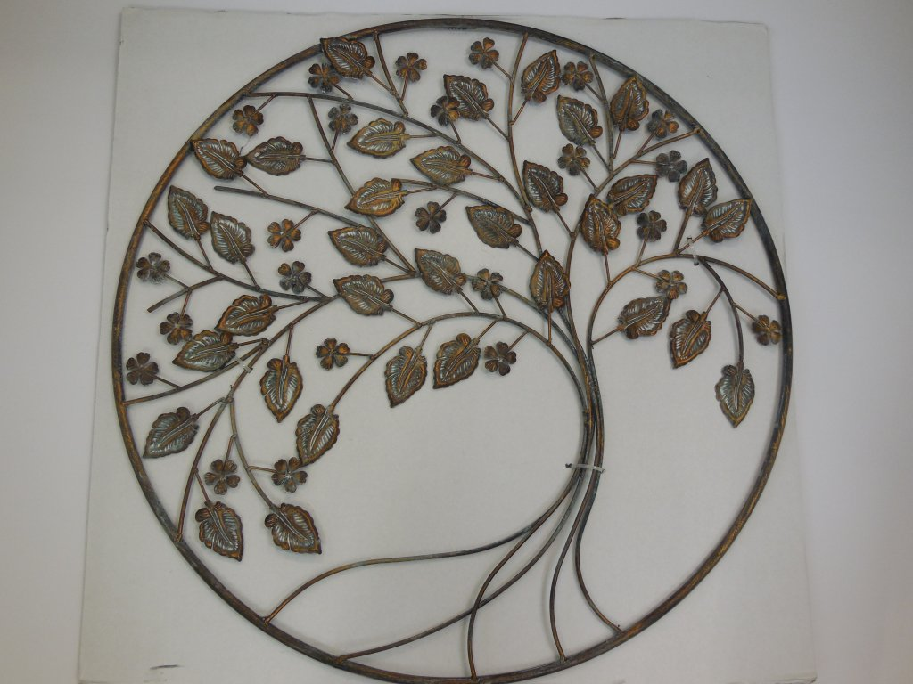 Kovový strom v kruhu
