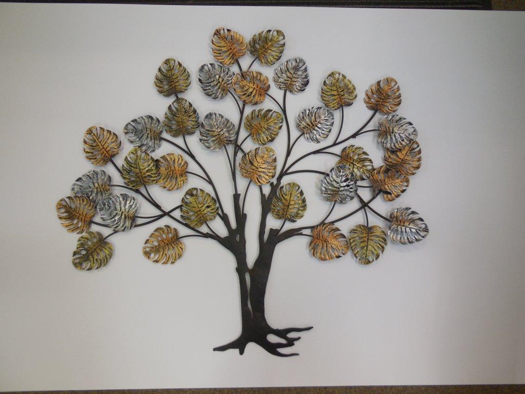 Kovový strom s děrovanými listy
