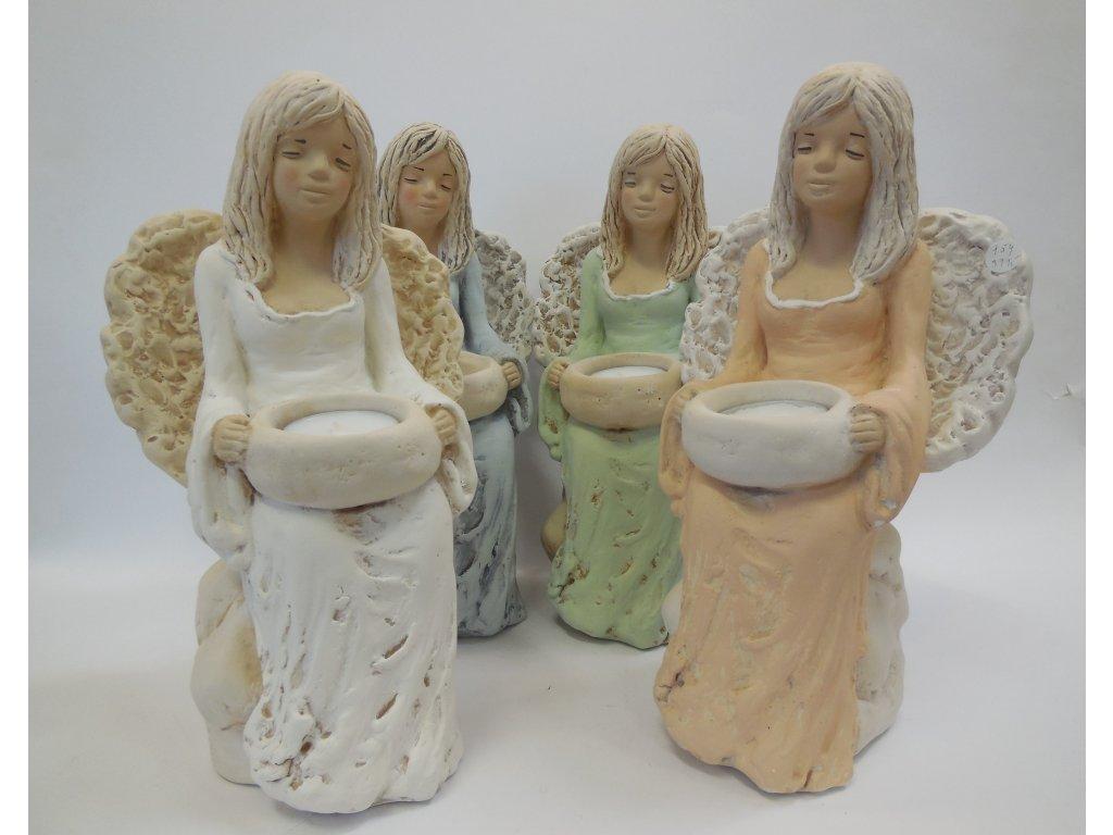 Anděl na kameni svícen