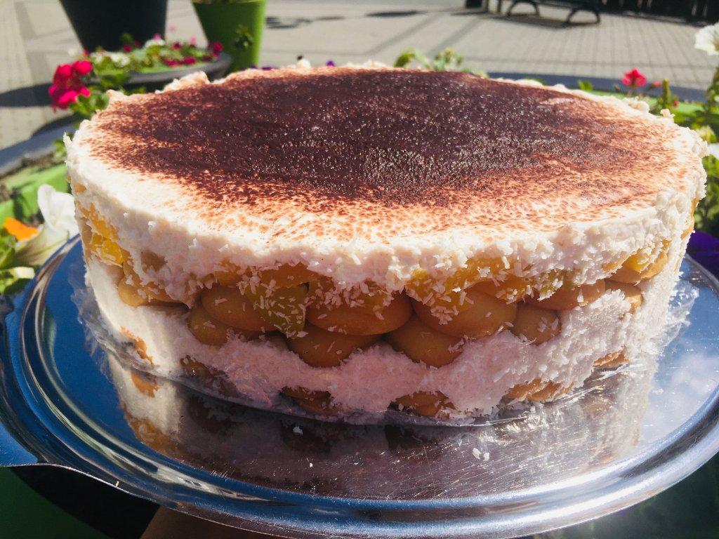 piskotovy dort se zakysanou smetanou a broskvi