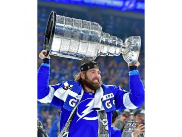 """Fotografie Pat Maroon Tampa Bay Lightning 2021 Stanley Cup Champions Raising Cup Photograph 8"""" x 10"""""""