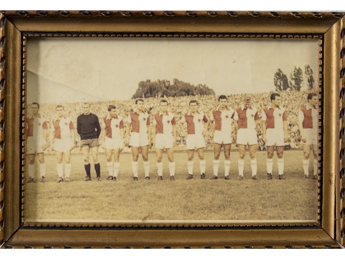 Barevná fotografie týmu SK Slavia Praha v rámečku, podpisy (1)