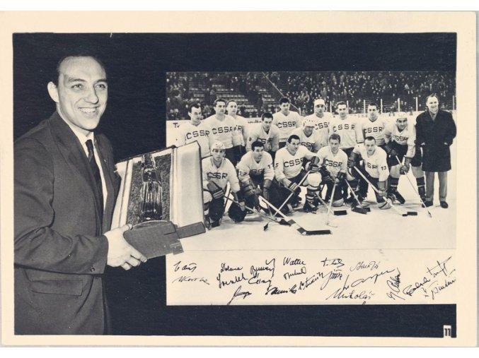 Fotografie hokejistů s pohárem Insbruck 1964