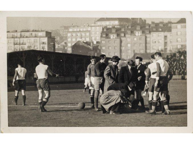 Dobové foto, Fotbalový tým, ošetření zraněného (1)