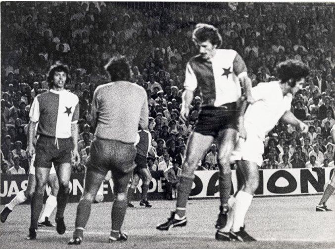 Dobová fotografie velká, Real Madrid v. Sk Slavia, před brankou 1976