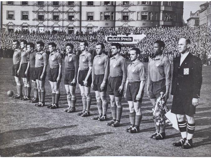 Dobová fotografie, Mužstvo Paříže před utkáním v Praze, 1947 (1)