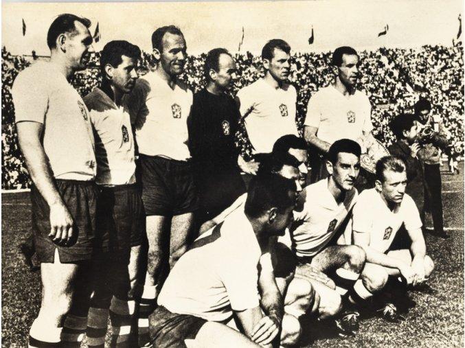 Fotografie fotbal, mužstvo ČSSR před finále v Chile, 1962, Pressfoto (1)