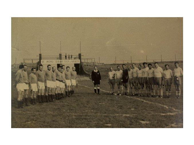 Dobová fotografie fotbalových týmů