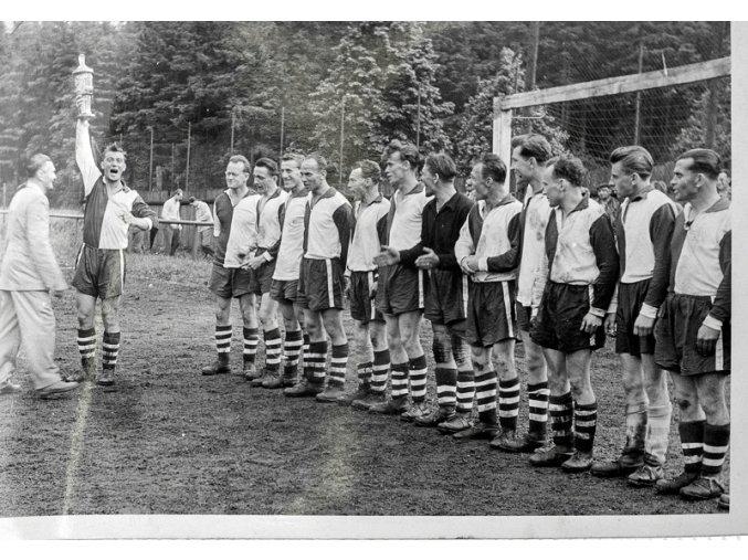Dobová fotografie fotbalový tým s poháremDSC 9911 1