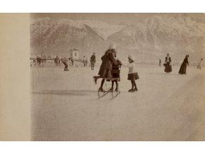 Dobová fotopohlednice, Děti bruslíci v St. Moritz (1)
