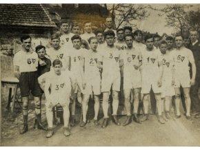 Dobové foto fotbal, tým u stodoly