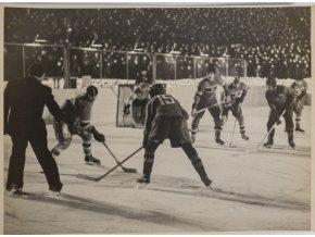 Fotografie momentka z hokejového utkání v Moskvě II