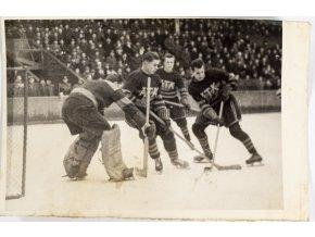 Foto, hokejisté ATK před brankou