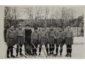 Dobová fotografie hokejistů v zimě.Dobová fotografie hokejistů v zimě.