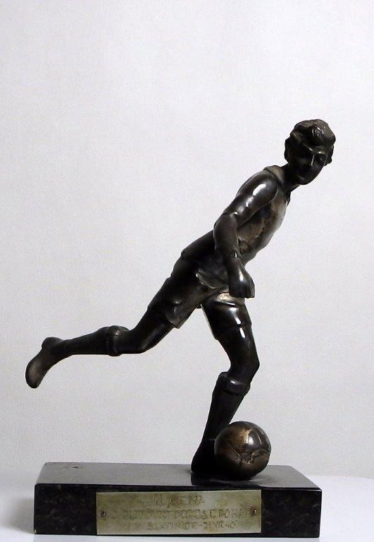 Bronzová soška fotbalisty