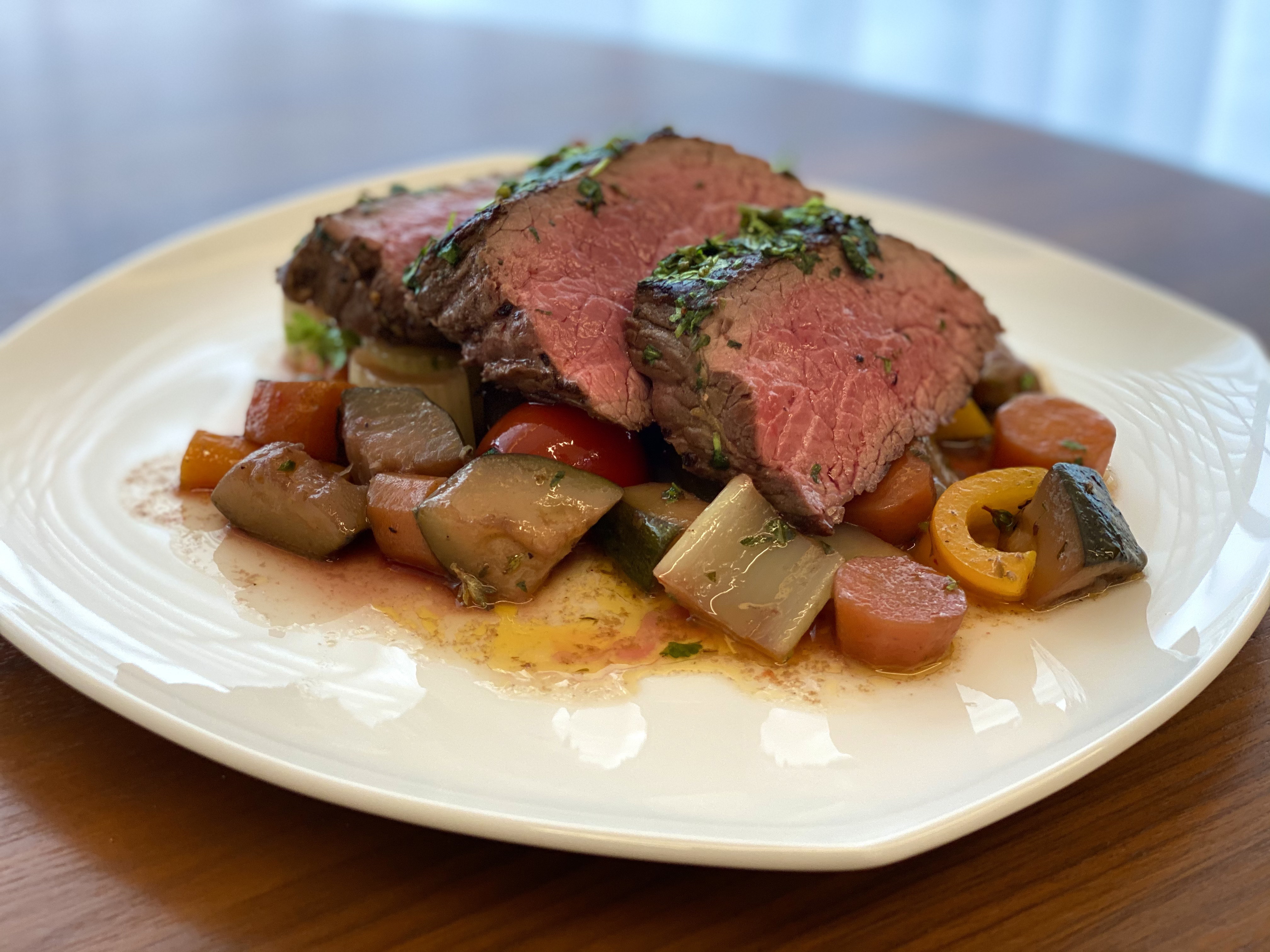 Steak z doubravického pštrosa na zelenině s vínem Merlot