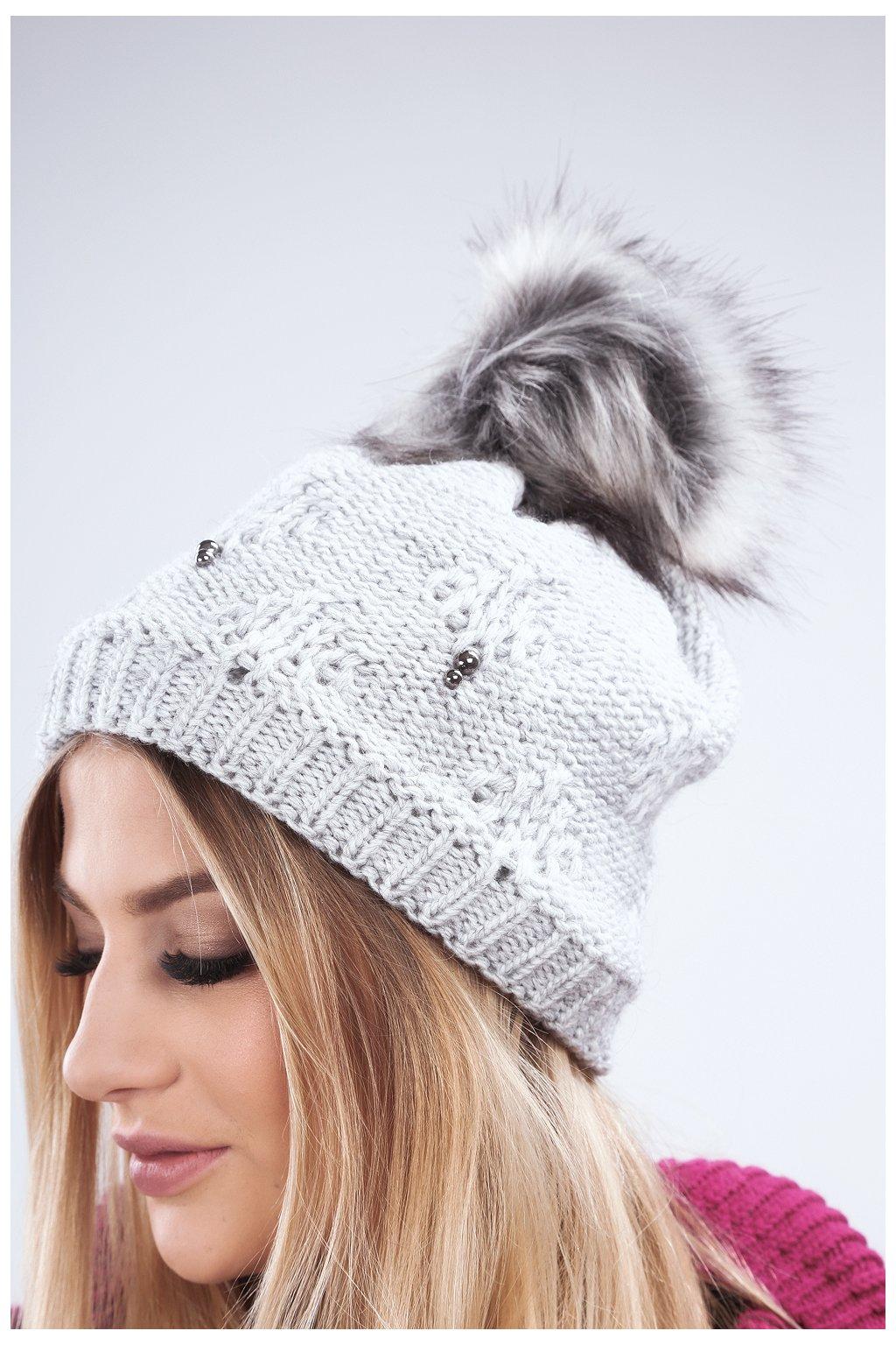Světle šedá zimní čepice Fasardi s perličkami