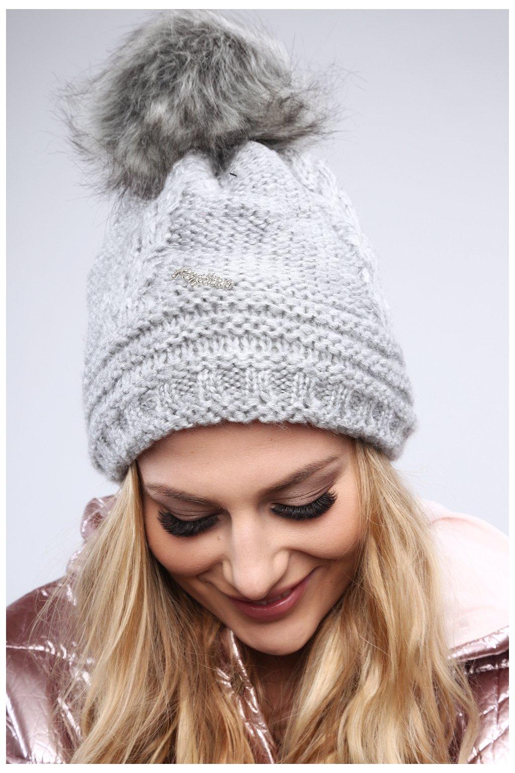 Světle šedá zimní čepice Fasardi s copánkovým vzorem