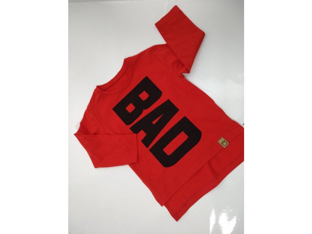 Červené triko s nápisem BAD