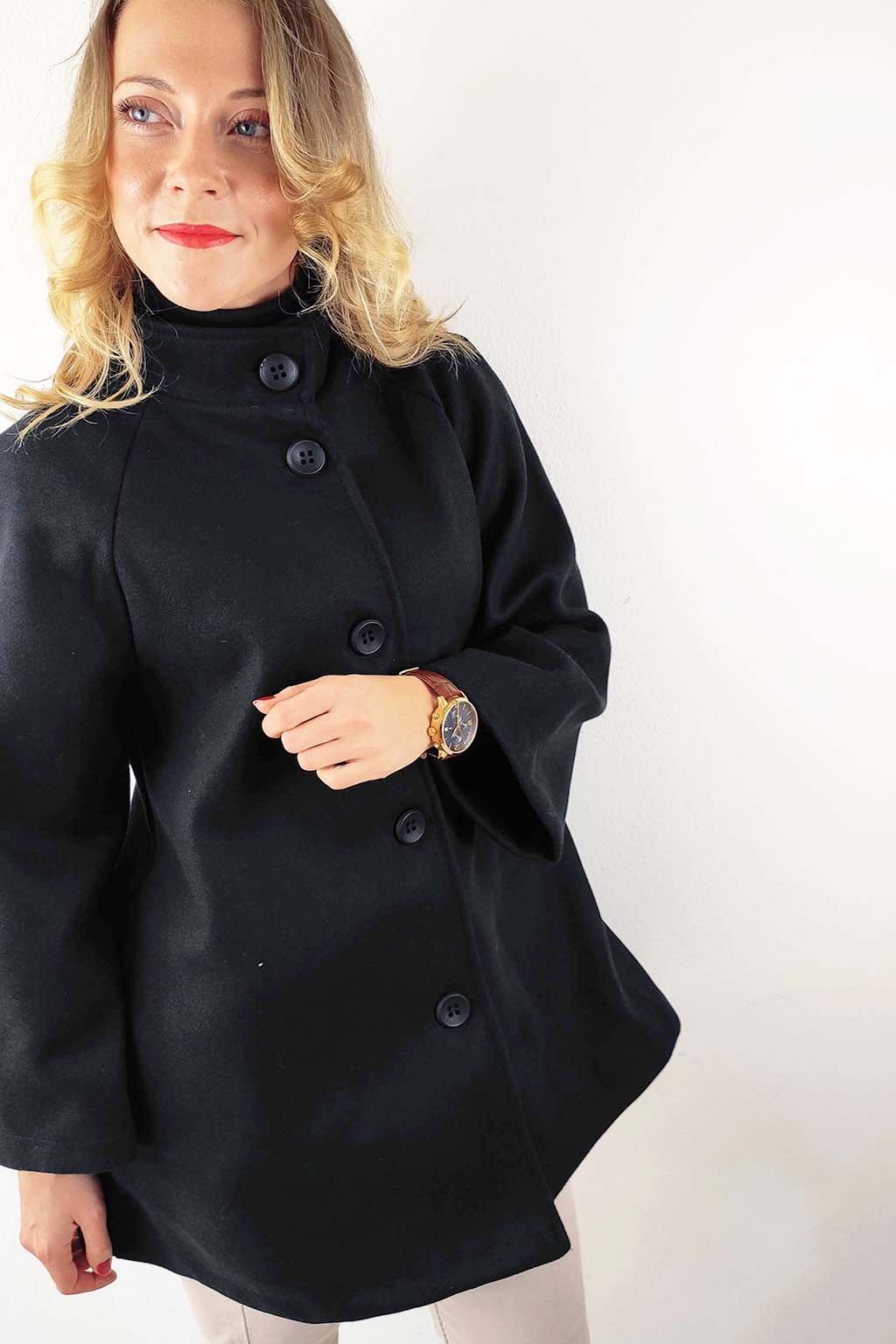 Černý dámský kabát s knoflíky