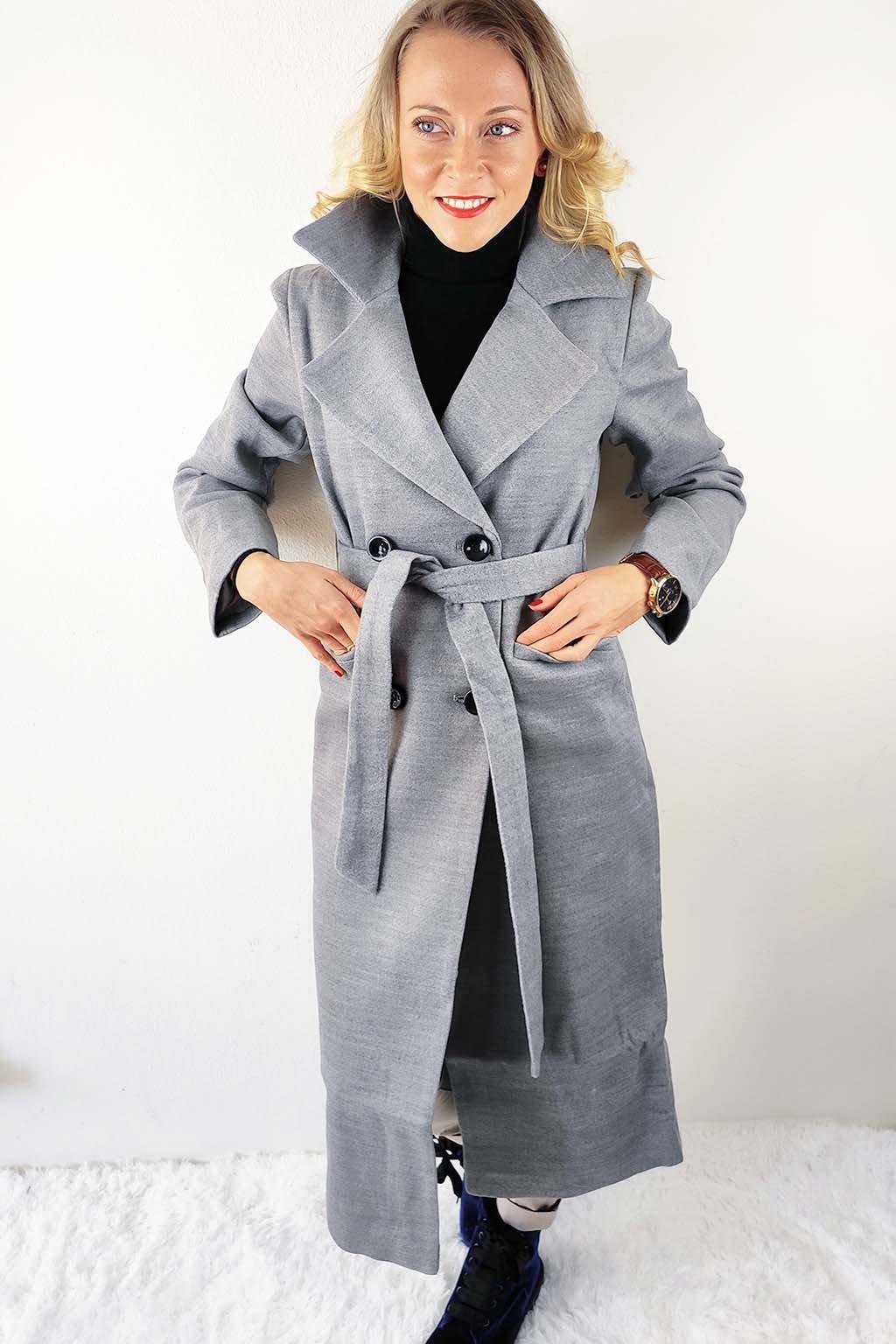 Šedý dámský dlouhý kabát s páskem