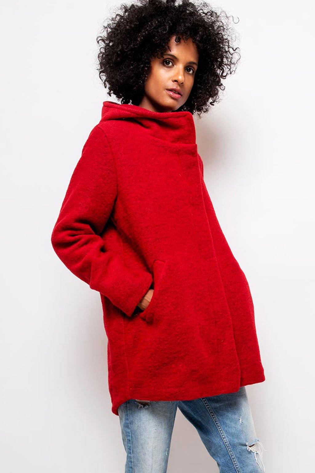 Červený dámský vlněný kabát s kapucí