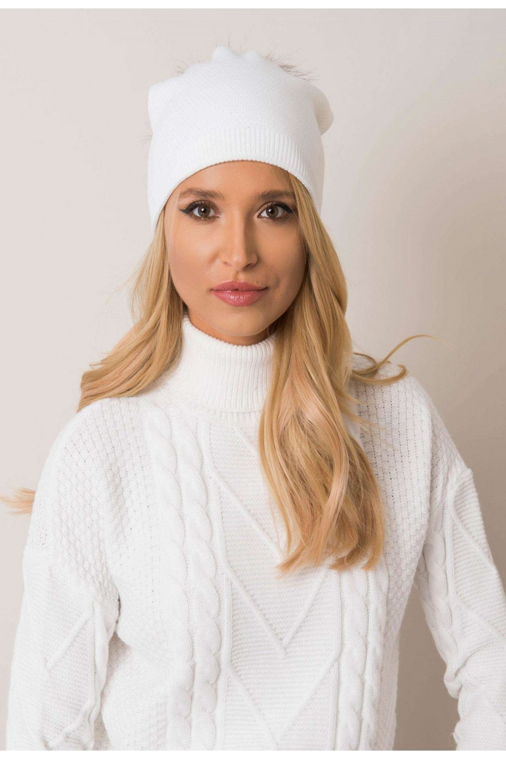 Fehér női sapka