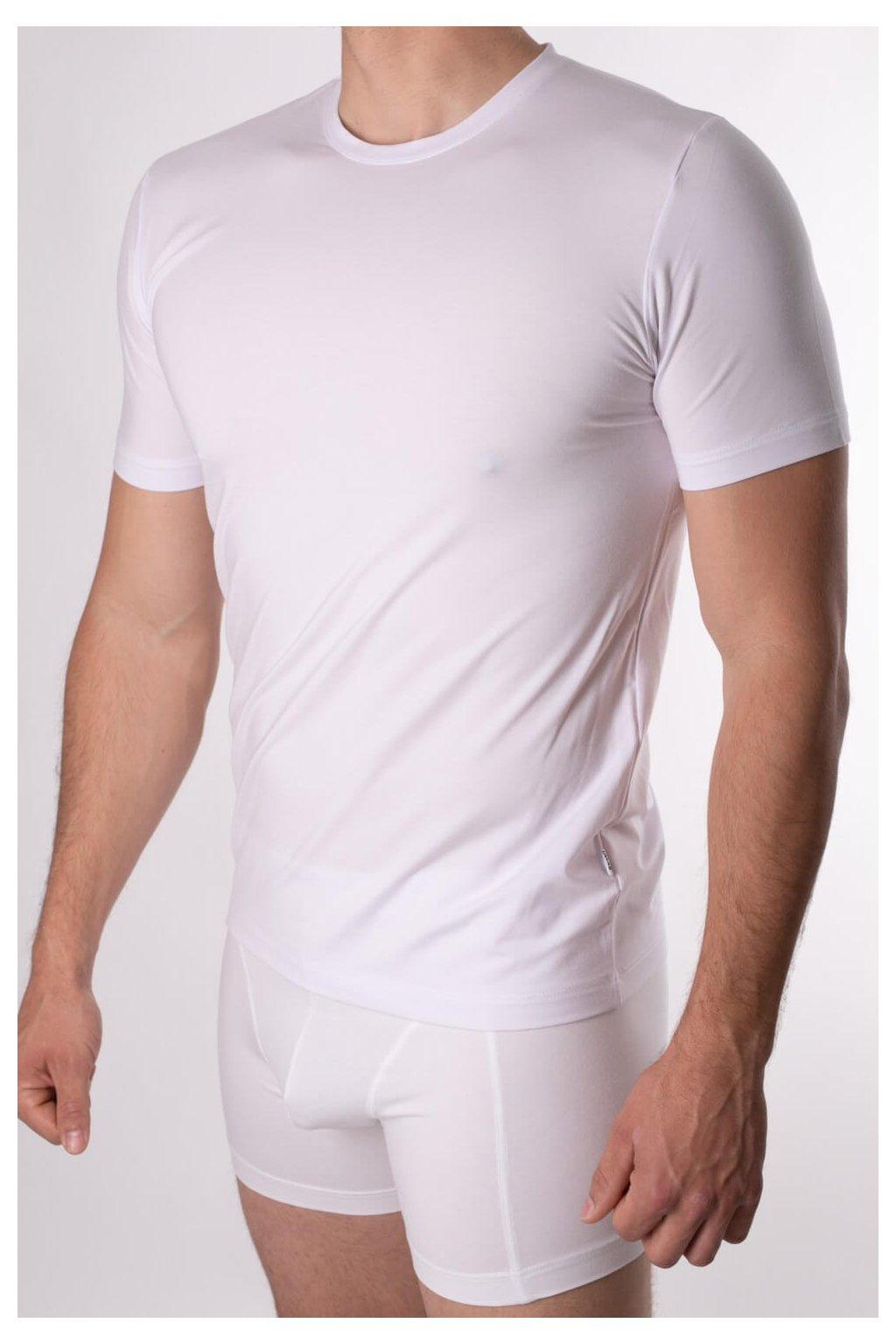 biele tričko s guľatým výstrihom