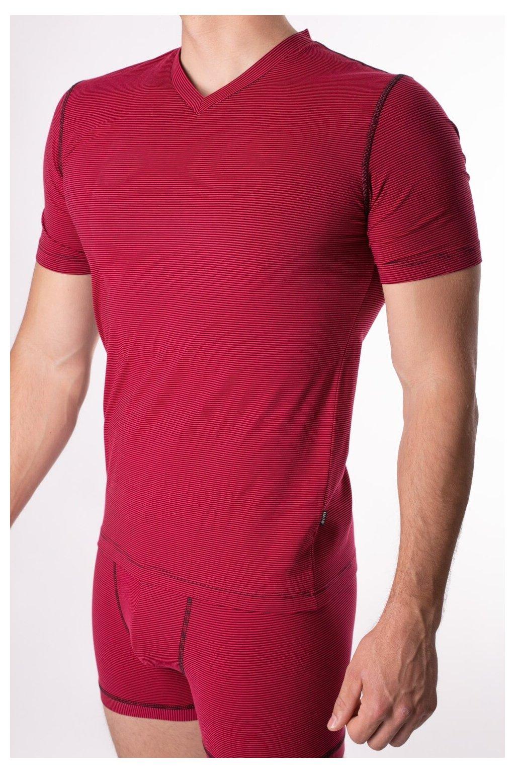 červené elastické tričko