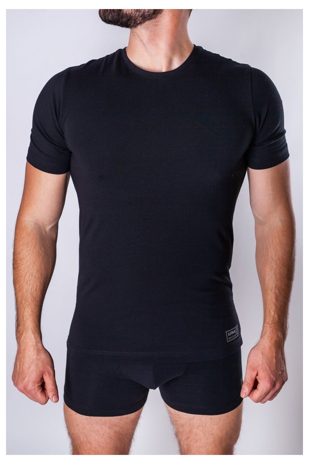 čierne tričko zo supimi