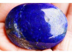 """Lapis lazuli (lazurit) se zlatavým pyritem, jemně ohlazený. Ideální do dlaně, 76 g  """"Kámen magické noční oblohy"""". Výběrový afghánský lazurit. 5,3 x 4,1 x 2,2 cm"""