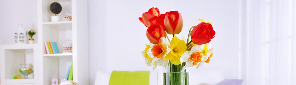 Tulipány ve váze na stole