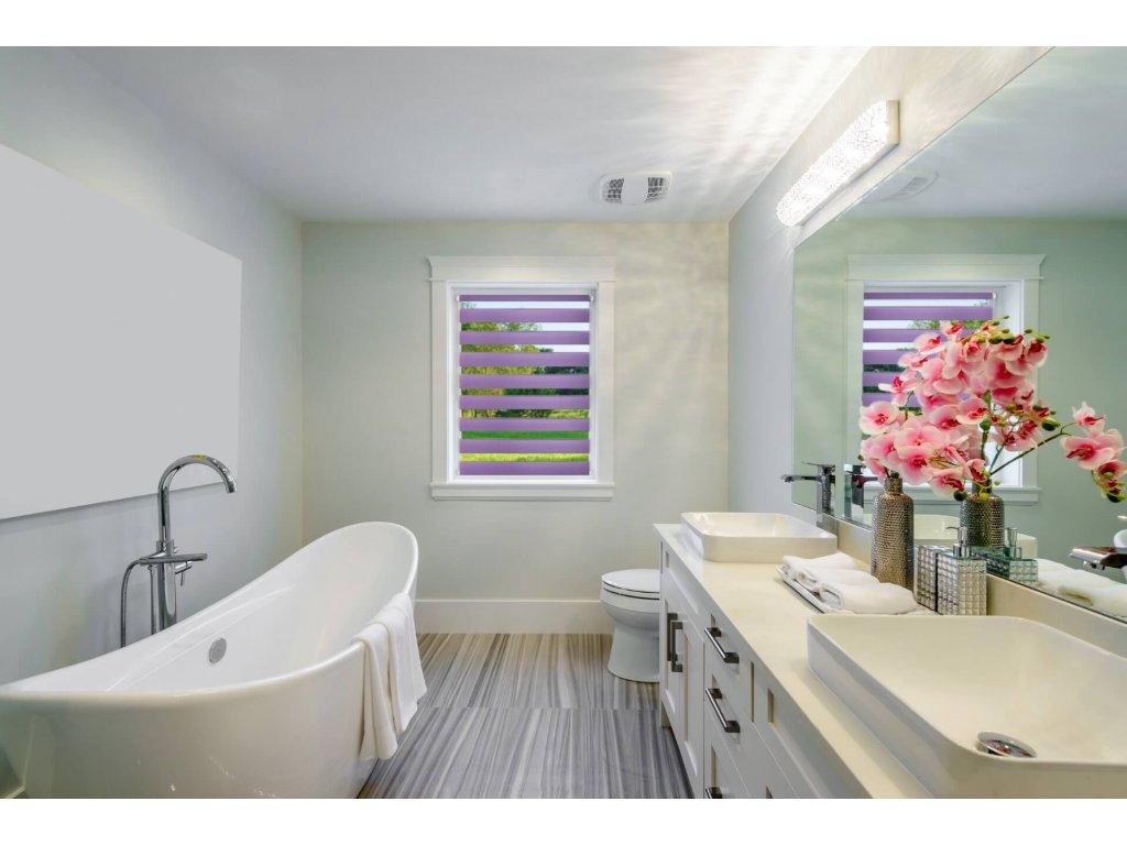 Bílá koupelna s roletami