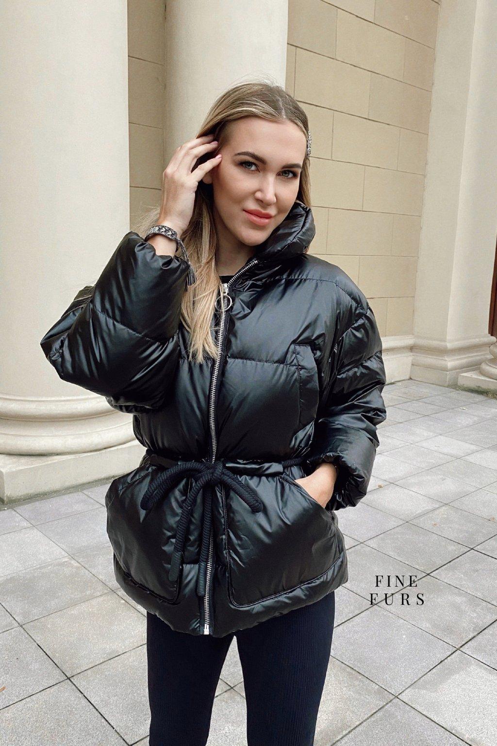 Dámská černá péřová bunda.