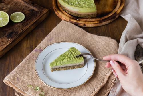 Avokádový raw dort a guacamole