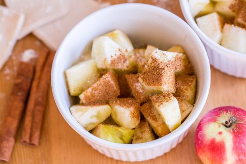 Jablka se skořicí a sirupem