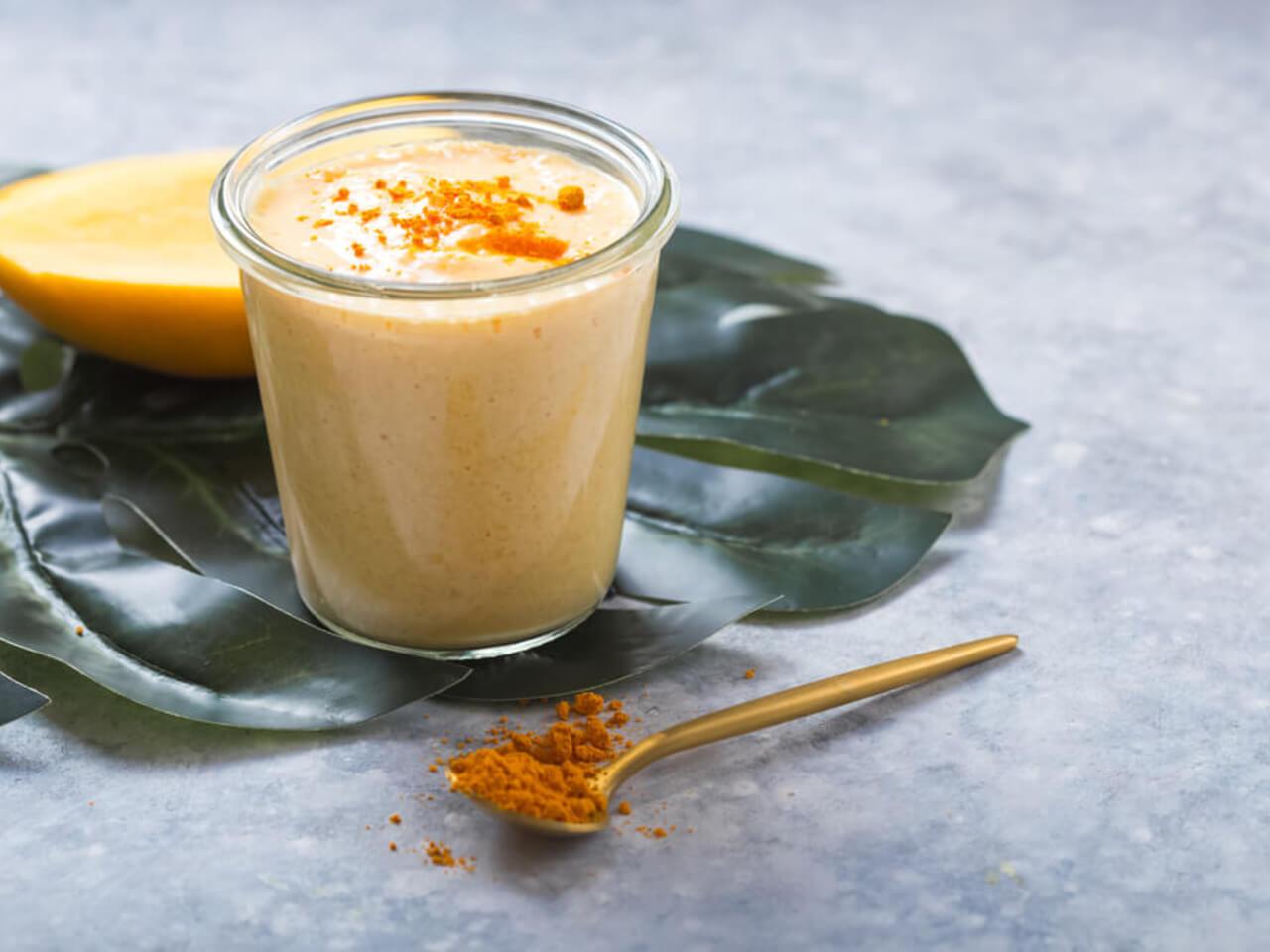 Jarní jogurtové smoothie s mangem a kurkumou