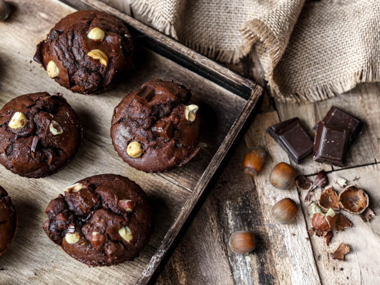 Vláčné kakaové muffiny s lískovými ořechy