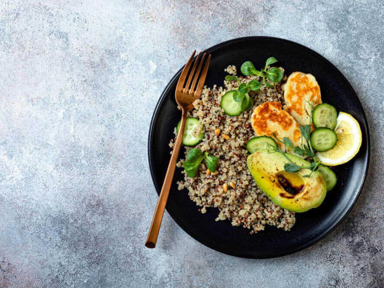 Teplý salát z quinoy s praženými piniovými oříšky a sýrem halloumi