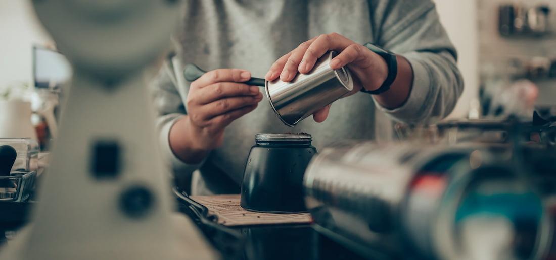 Příprava kávy, která obsahuje přírodní kofein