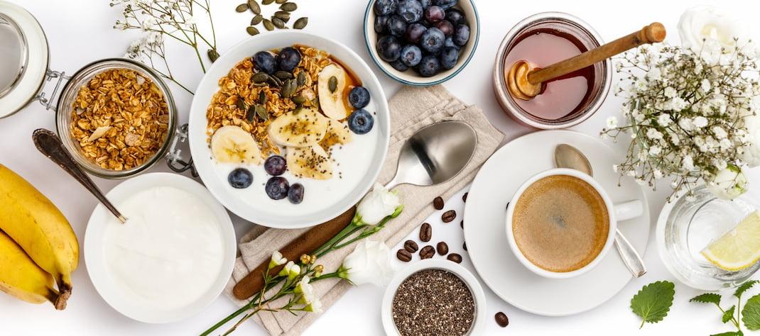 Bio potraviny všech druhů na bílém stole