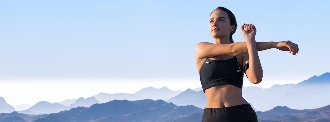 Protahující se žena na ranní cvičení na hubnutí
