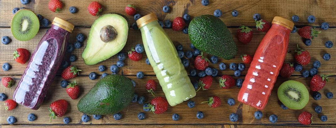 Vitamíny na imunitu ve formě ovoce na dřevěném stole